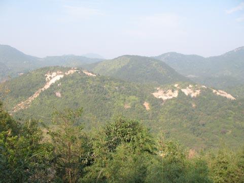 左邊礦區為善伯、右邊為月尾(於都成坑遠拍)